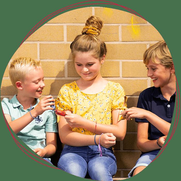 Kinderen delen worstjes