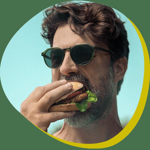 Man bijt in veggie burger