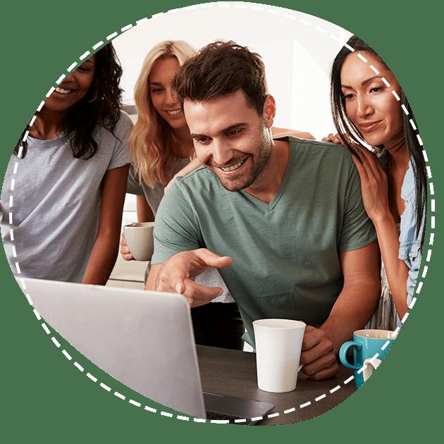 Vrienden kijken naar laptop