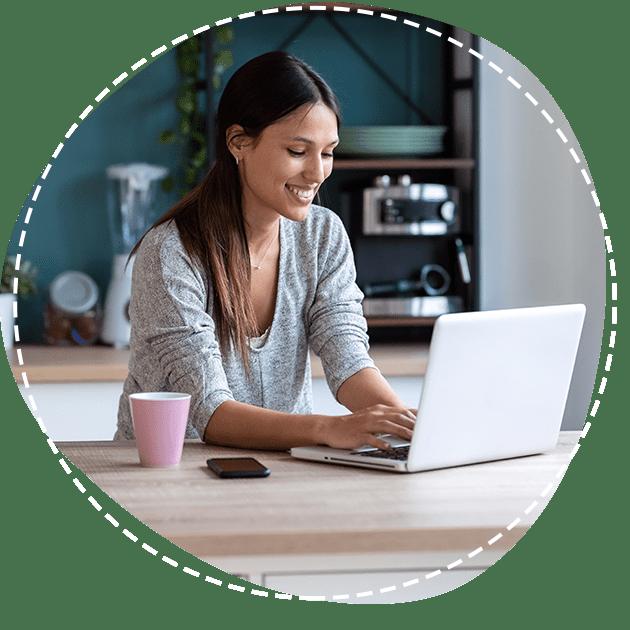 Vrouw aan laptop